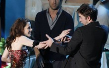 Robert Pattinson Beija Taylor Lautner durante MTV Award 2011 – Vídeo