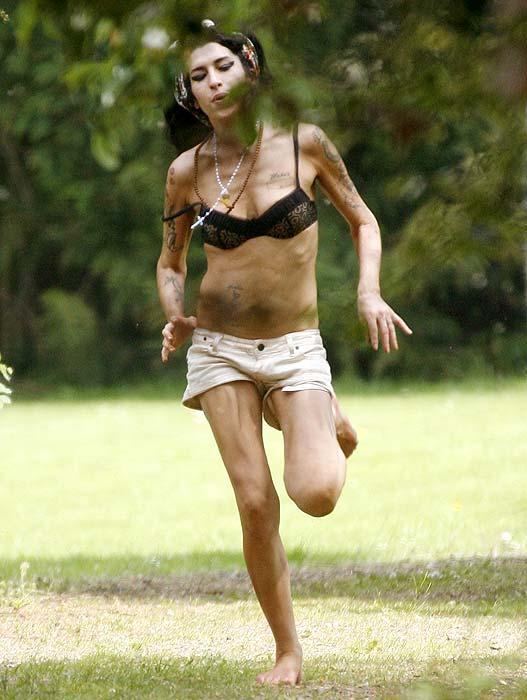 amy winehouse muito magra Amy Winehouse está Morta: Fotos da Carreira, Antes e Depois da Cantora