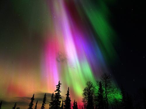 aurora boreal colorida finlandia Aurora Boreal e Aurora Austral: O que é, Causas, Diferença e Fotos