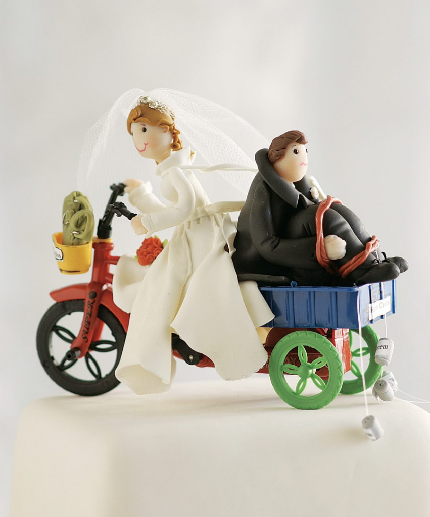 noivinhos bolo divertidos 851x1024 Noivos de Biscuit, Bolo de Casamento: Fotos de Noivinhos Engraçados