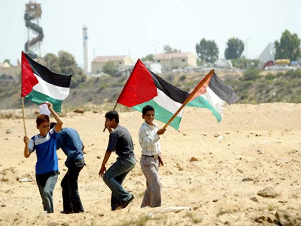 rapazes com bandeira palestina Tudo sobre a Palestina: História, Economia, Guerras e Religião do País