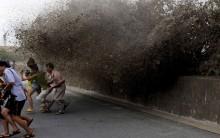 Foto – Imagem do Dia: Fotografia da Fuga da Onda de Lama na China