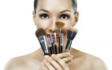 Como Limpar Pincéis de Maquiagem: Produtos, Truques e Passo a passo